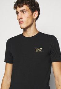 EA7 Emporio Armani - T-shirt med print - black - 3