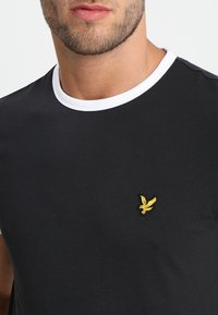 Lyle & Scott - RINGER TEE - Basic T-shirt - true black/white - 4