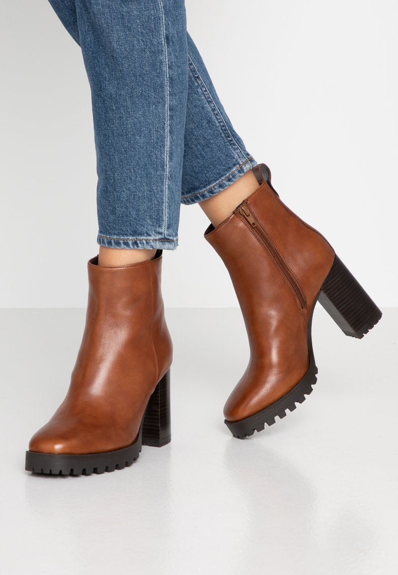 Steven New York - JONNIE - High heeled ankle boots - cognac