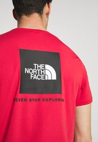 The North Face - REDBOX TEE - T-shirt con stampa - rococco red - 5