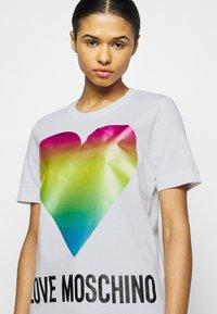 Love Moschino - Triko spotiskem - optical white - 3