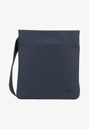 FLAT CROSSOVER BAG - Axelremsväska - dark blue