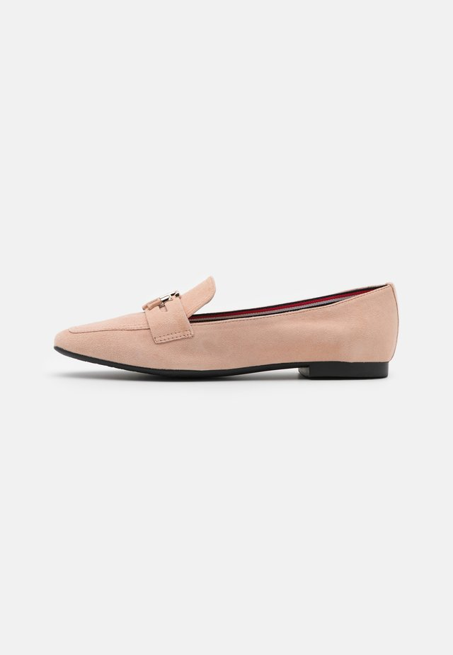 ESSENTIAL HARDWARE LOAFER - Instappers - sandbank
