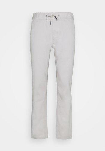 SCANTON DOBBY TRACK PANT - Pantalones - light cast