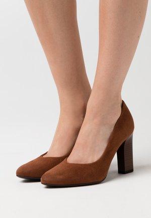 KAROLIN - Zapatos altos - cognac
