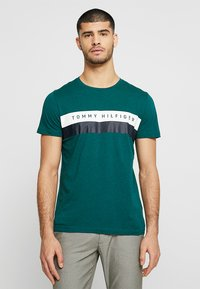 Tommy Hilfiger - LOGO BAND TEE - T-shirt con stampa - green - 0