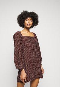 Faithfull the brand - SHANNALI MINI DRESS - Denní šaty - bonnie dot print - 0