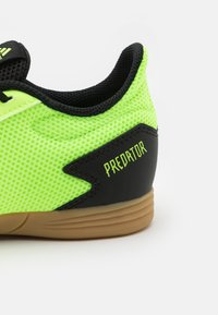 adidas Performance - PREDATOR 20.4 FOOTBALL SHOES INDOOR UNISEX - Indoor football boots - signal green/core black - 5