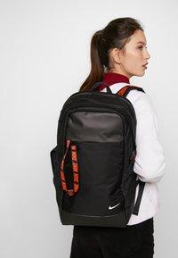Nike Sportswear - ESSENTIALS - Batoh - black/white - 5