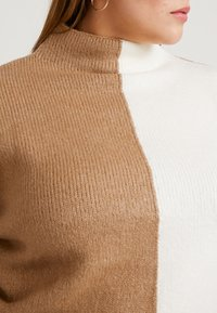 Simply Be - ELEVATED ESSENTIALS HIGH NECK JUMPER - Neule - camel/ivory - 4