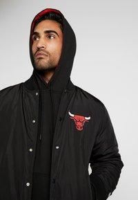 New Era - NBA TEAM LOGO JACKET CHICAGO BULLS - Klubové oblečení - black - 3