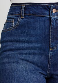 New Look Curves - KNEE - Denim shorts - blue - 5