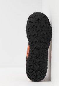 Hi-Tec - V-LITE-TRAIL RACER LOW - Trekingové boty - red orange/black - 4