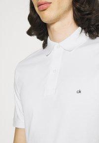 Calvin Klein - LIQUID TOUCH SLIM FIT - Polotričko - bright white - 3