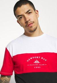Newport Bay Sailing Club - BLOCK - Print T-shirt - black/red/white - 3