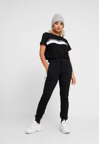 Fila Petite - SHINAKO TEE - T-shirt med print - black/bright white - 1