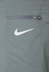 Nike Performance - TEMPO LUXE SHORT  - Pantaloncini sportivi - smoke grey/silver - 5