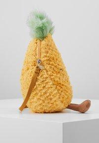 Jellycat - AMUSEABLE PINEAPPLE BAG - Taška spříčným popruhem - yellow - 4