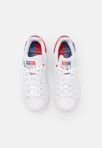 adidas Originals - STAN SMITH UNISEX - Trainers - footwear white/scarlet/crew blue - 5