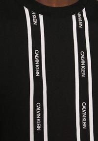 Calvin Klein - VERTICAL LOGO STRIPE - Printtipaita - black - 6