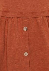 Mainio - Robe en jersey - bombay brown - 2