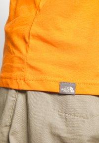 The North Face - BOX TEE - Triko spotiskem - flame orange - 6