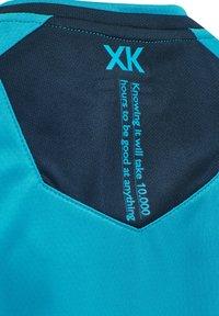 Hummel - HMLACTION POLY JERSEY S/S KIDS - Print T-shirt - atomic blue/black iris - 7