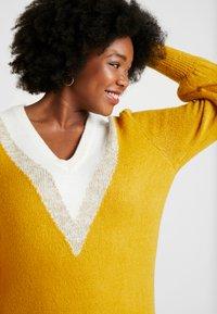 Simply Be - ELEVATED ESSENTIALS V-NECK DRESS - Strikket kjole - colour block chevron - 4