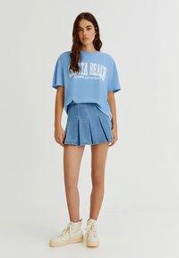 PULL&BEAR - T-shirt med print - blue - 1