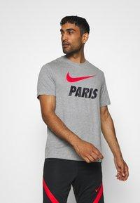 Nike Performance - PARIS ST GERMAIN TEE GROUND - Club wear - dark grey heather - 0
