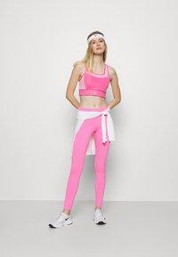 Nike Performance - POCKET BRA PAD - Sport-BH mit mittlerer Stützkraft - pinksicle/pink rise/melon tint - 1