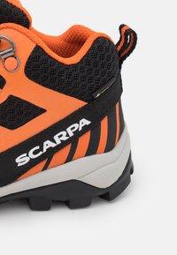 Scarpa - NEUTRON MID KID GTX UNISEX - Trekingové boty - black/orange - 5