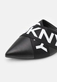 DKNY - ALYA FLAT MULE - Mules - black/white - 6