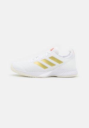 COURT CONTROL  - Allcourt tennissko - footwear white/gold metallic/solar red