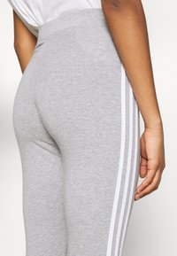 adidas Originals - THREE STRIPES TIGHT - Leggings - Trousers - medium grey heather - 5