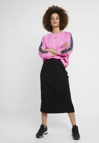 Nike Sportswear - CREW LOGO TAPE - Sweatshirt - china rose/black - 1
