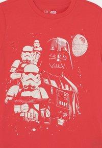 GAP - STAR WARS BOYS TEE - Print T-shirt - hula red - 2