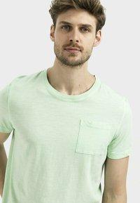 camel active - MIT BRUSTTASCHE AUS ORGANIC COTTON - Basic T-shirt - light green - 3