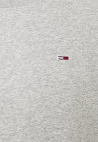 Tommy Jeans - REGULAR C NECK - Collegepaita - grey heather - 4