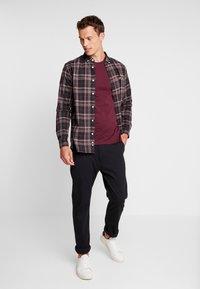 Lyle & Scott - CREW NECK  - T-shirt basique - burgundy - 1