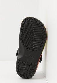 Crocs - CLASSIC FLAME BROILED - Pool slides - black - 5