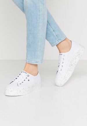 GLITTER FLATFORM SNEAKER - Zapatillas - white