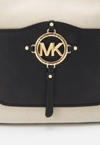 MICHAEL Michael Kors - AMY - Håndveske - natural/black - 6