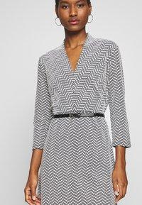 comma - DRESS SHORT - Pletené šaty - black - 4