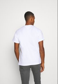 Tommy Jeans - REGULAR CORP LOGO CNECK - T-shirt basic - white - 2