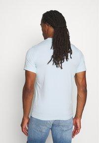 Barbour Beacon - SMALL LOGO TEE - T-shirt - bas - pale sky - 2