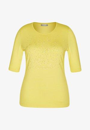 MIT NIETEN UND RUNDHALSAUSSCHNITT - Print T-shirt - gelb-meliert