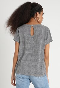 ONLY - ONLFIRST  - Blusa - cloud dancer/prince of wales - 2