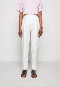 Victoria Victoria Beckham - BASKET WEAVE TAPERED TROUSERS - Spodnie materiałowe - clotted cream - 0