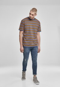 Urban Classics - YARN DYED BOARD STRIPE - T-shirts basic - summerolive/vintageblue - 1